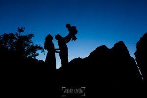 Boda en Hervás y postboda en Trevejo de Sofía y Charly realizada por Johnny García, fotógrafo de bodas en Extremadura, fotografía de la silueta de la pareja con su hijo