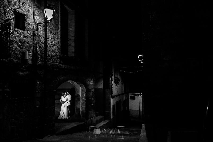 Boda en Hervás y postboda en Trevejo de Sofía y Charly realizada por Johnny García, fotógrafo de bodas en Extremadura, los novios en una de las calles de Trevejo ya de noche