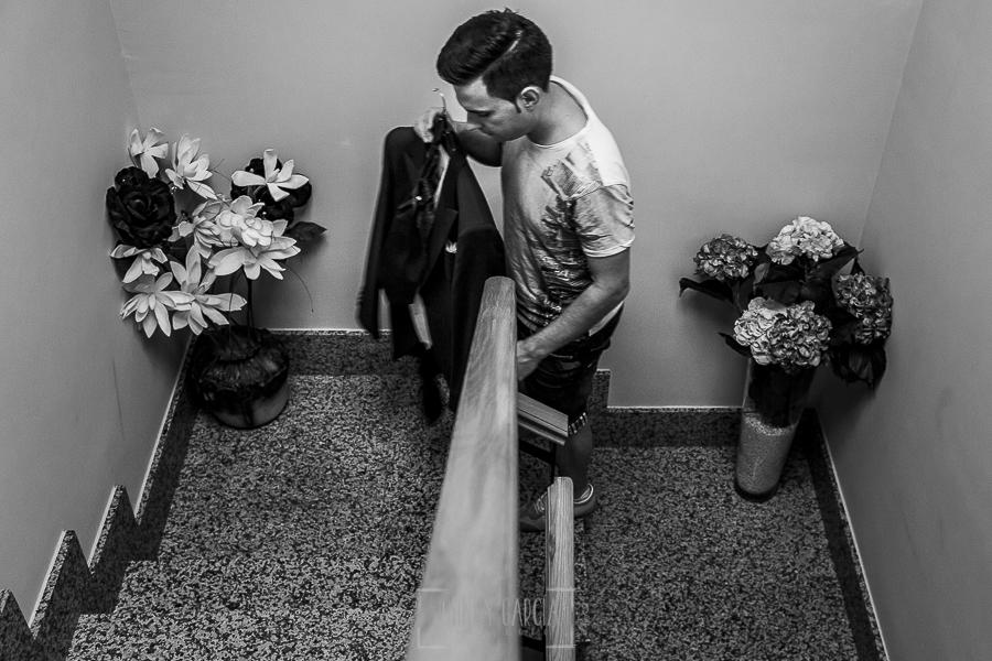 Post boda en Llanes y boda en Medinilla de Laura y Jonatan realizada por Johnny Garcia, fotografo de bodas en Asturias, Jonatan en su casa recogiendo su traje