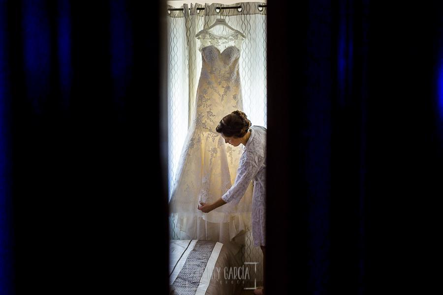 Post boda en Llanes y boda en Medinilla de Laura y Jonatan realizada por Johnny Garcia, fotografo de bodas en Asturias, Laura con su vestido