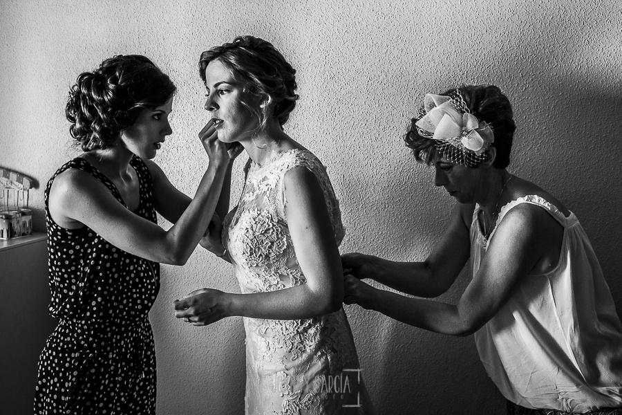 Post boda en Llanes y boda en Medinilla de Laura y Jonatan realizada por Johnny Garcia, fotografo de bodas en Asturias, Laura junto con su hermana y su madre dando los últimos retoques a su vestido