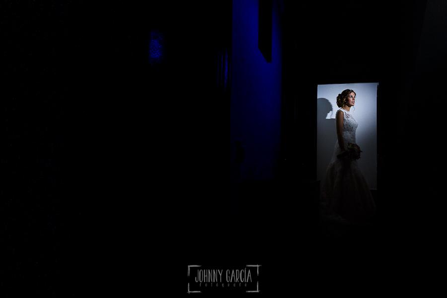 Post boda en Llanes y boda en Medinilla de Laura y Jonatan realizada por Johnny Garcia, fotografo de bodas en Asturias, Laura en casa de sus padres