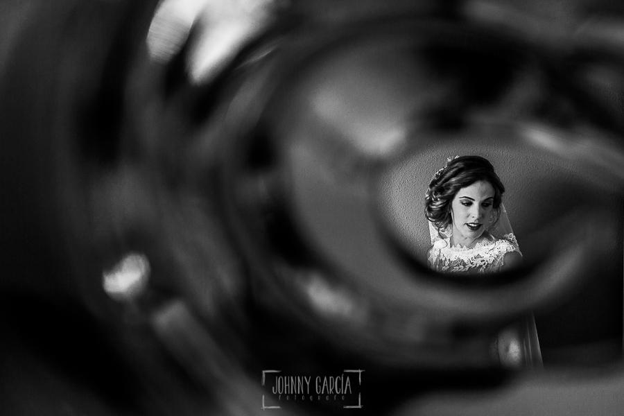 Post boda en Llanes y boda en Medinilla de Laura y Jonatan realizada por Johnny Garcia, fotografo de bodas en Asturias, un retrato de Laura
