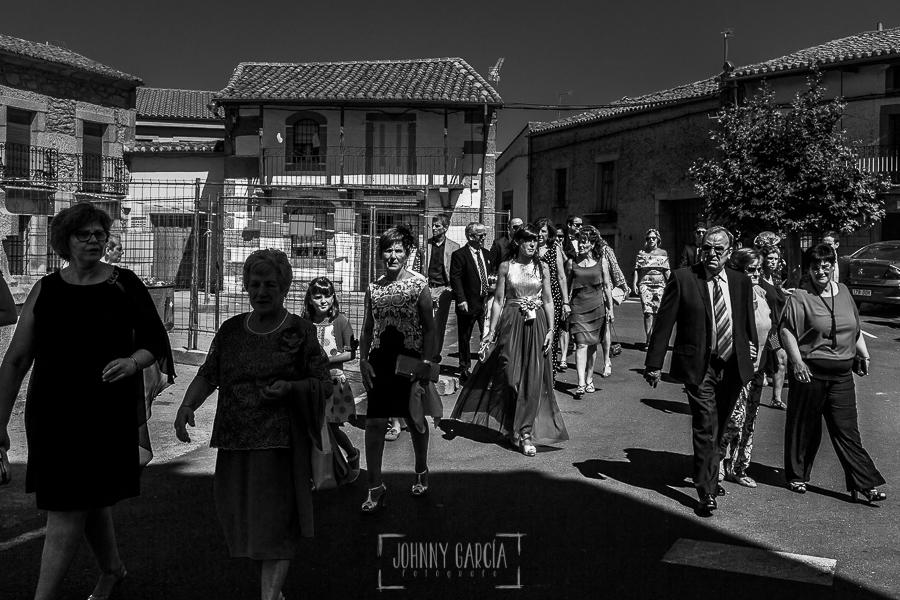 Post boda en Llanes y boda en Medinilla de Laura y Jonatan realizada por Johnny Garcia, fotografo de bodas en Asturias, los invitados empiezan a llegar a la iglesia