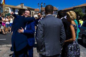 Post boda en Llanes y boda en Medinilla de Laura y Jonatan realizada por Johnny Garcia, fotografo de bodas en Asturias, Jonatan saluda a los amigos