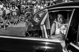 Post boda en Llanes y boda en Medinilla de Laura y Jonatan realizada por Johnny Garcia, fotografo de bodas en Asturias, Laura se emociona al llegar a la iglesia en Medinilla