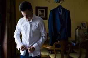 Post boda en Llanes y boda en Medinilla de Laura y Jonatan realizada por Johnny Garcia, fotografo de bodas en Asturias, Jonatan se empieza a vestir