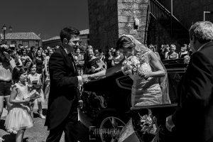 Post boda en Llanes y boda en Medinilla de Laura y Jonatan realizada por Johnny Garcia, fotografo de bodas en Asturias, Jonatan ayuda a bajar a Laura del coche