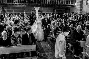 Post boda en Llanes y boda en Medinilla de Laura y Jonatan realizada por Johnny Garcia, fotografo de bodas en Asturias, entrada a la iglesia de Laura del brazo de su padre