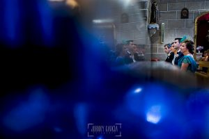 Post boda en Llanes y boda en Medinilla de Laura y Jonatan realizada por Johnny Garcia, fotografo de bodas en Asturias, los novios junto a sus padrinos en el altar
