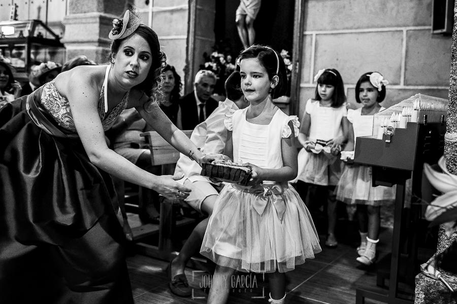 Post boda en Llanes y boda en Medinilla de Laura y Jonatan realizada por Johnny Garcia, fotografo de bodas en Asturias, una sobrina acerca las alianzas