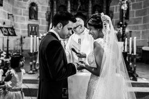 Post boda en Llanes y boda en Medinilla de Laura y Jonatan realizada por Johnny Garcia, fotografo de bodas en Asturias, intercambio de anillo entre Laura y Jonatan