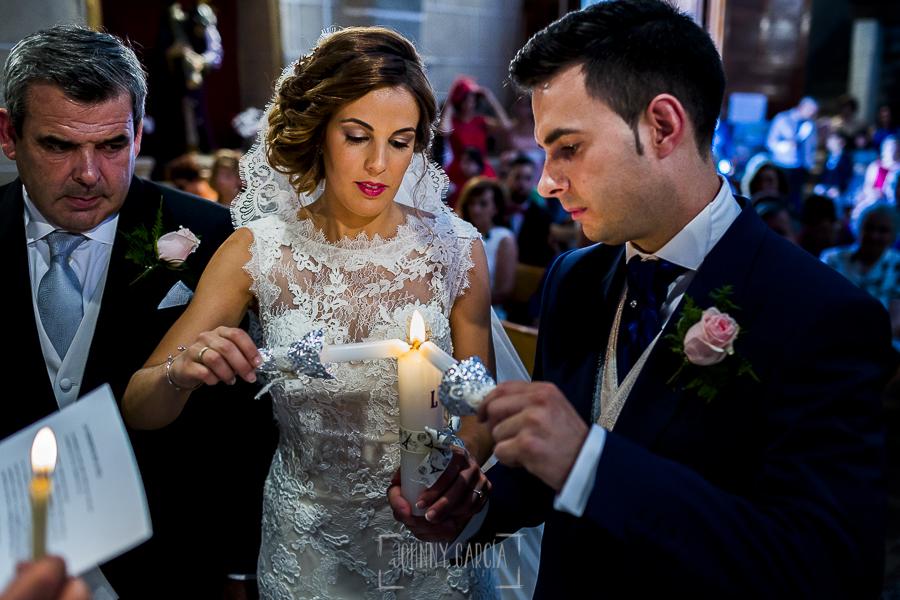 Post boda en Llanes y boda en Medinilla de Laura y Jonatan realizada por Johnny Garcia, fotografo de bodas en Asturias, rito de las velas en la ceremonia