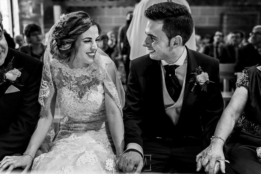 Post boda en Llanes y boda en Medinilla de Laura y Jonatan realizada por Johnny Garcia, fotografo de bodas en Asturias, los recien casados se miran en la iglesia de Medinilla