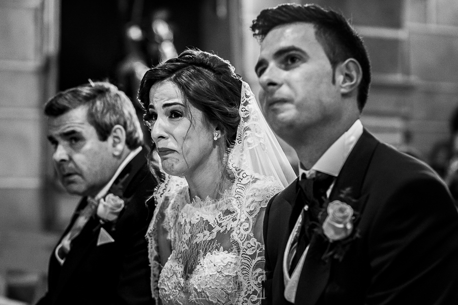 Post boda en Llanes y boda en Medinilla de Laura y Jonatan realizada por Johnny Garcia, fotografo de bodas en Asturias, Laura emocionada antes las palabras de familiares y amigos