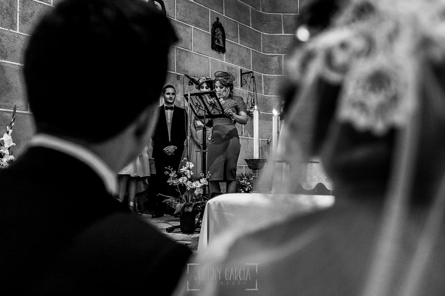 Post boda en Llanes y boda en Medinilla de Laura y Jonatan realizada por Johnny Garcia, fotografo de bodas en Asturias, un familiar le dirige unas palabras a los novios