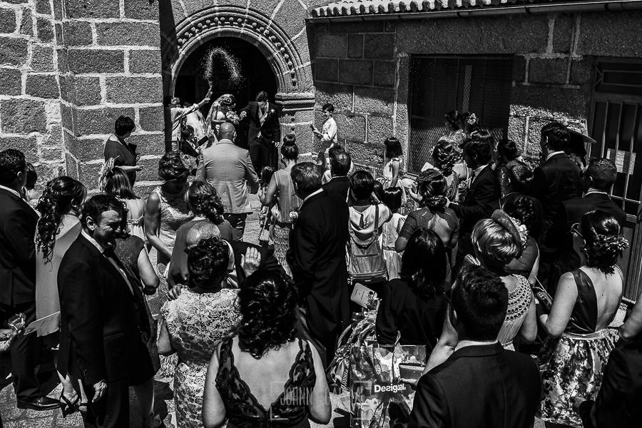 Post boda en Llanes y boda en Medinilla de Laura y Jonatan realizada por Johnny Garcia, fotografo de bodas en Asturias, vista general al salir de la iglesia