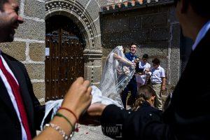 Post boda en Llanes y boda en Medinilla de Laura y Jonatan realizada por Johnny Garcia, fotografo de bodas en Asturias, los invitados tiran arroz y pétalos a los novios