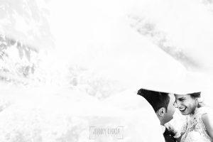 Post boda en Llanes y boda en Medinilla de Laura y Jonatan realizada por Johnny Garcia, fotografo de bodas en Asturias, un retrto de la pareja a trevés del velo de la novia