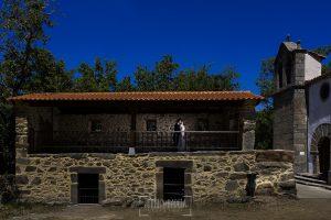 Post boda en Llanes y boda en Medinilla de Laura y Jonatan realizada por Johnny Garcia, fotografo de bodas en Asturias, un retrtao de los novios en un paraje de Medinilla