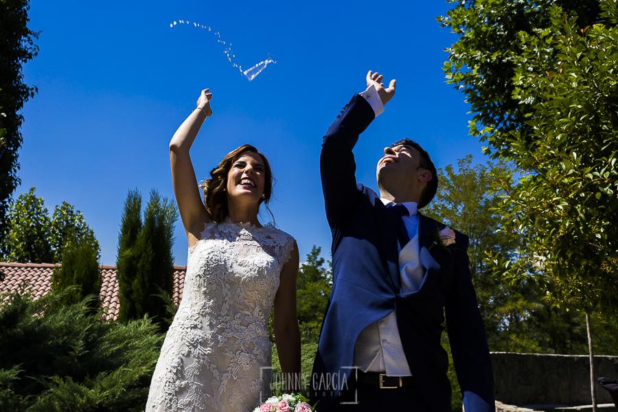 Post boda en Llanes y boda en Medinilla de Laura y Jonatan realizada por Johnny Garcia, fotografo de bodas en Asturias, Laura y jonatan tiran las copas de cava después de brindar