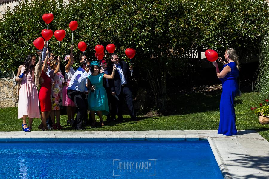 Post boda en Llanes y boda en Medinilla de Laura y Jonatan realizada por Johnny Garcia, fotografo de bodas en Asturias, un grupo de invitados se hacen una fotografía