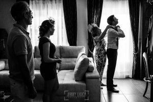 Post boda en Llanes y boda en Medinilla de Laura y Jonatan realizada por Johnny Garcia, fotografo de bodas en Asturias, la familia de Jonatan mientras este se viste