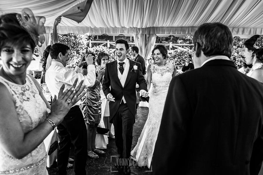 Post boda en Llanes y boda en Medinilla de Laura y Jonatan realizada por Johnny Garcia, fotografo de bodas en Asturias, los novios acceden al banquete en la carpa del Rincón de Castilla