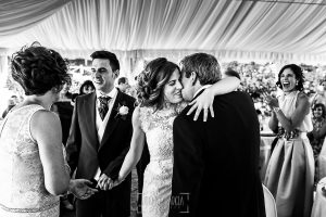 Post boda en Llanes y boda en Medinilla de Laura y Jonatan realizada por Johnny Garcia, fotografo de bodas en Asturias, Laura abraza a su padre