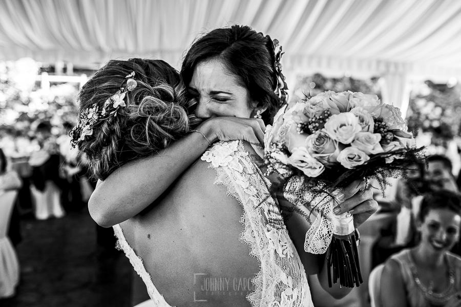 Post boda en Llanes y boda en Medinilla de Laura y Jonatan realizada por Johnny Garcia, fotografo de bodas en Asturias, Laura entrega el ramo de novia a su hermana