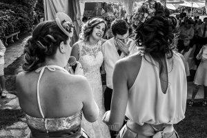 Post boda en Llanes y boda en Medinilla de Laura y Jonatan realizada por Johnny Garcia, fotografo de bodas en Asturias, las hermanas de los novios cantan una canción dedicada a la pareja y éstos se emocionan