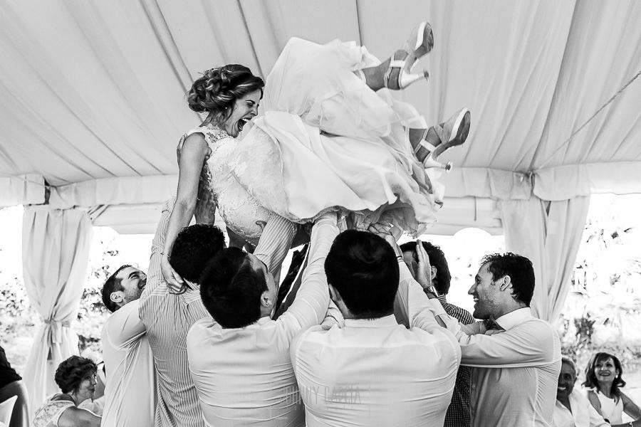 Post boda en Llanes y boda en Medinilla de Laura y Jonatan realizada por Johnny Garcia, fotografo de bodas en Asturias, Laura es manteada por los amigos