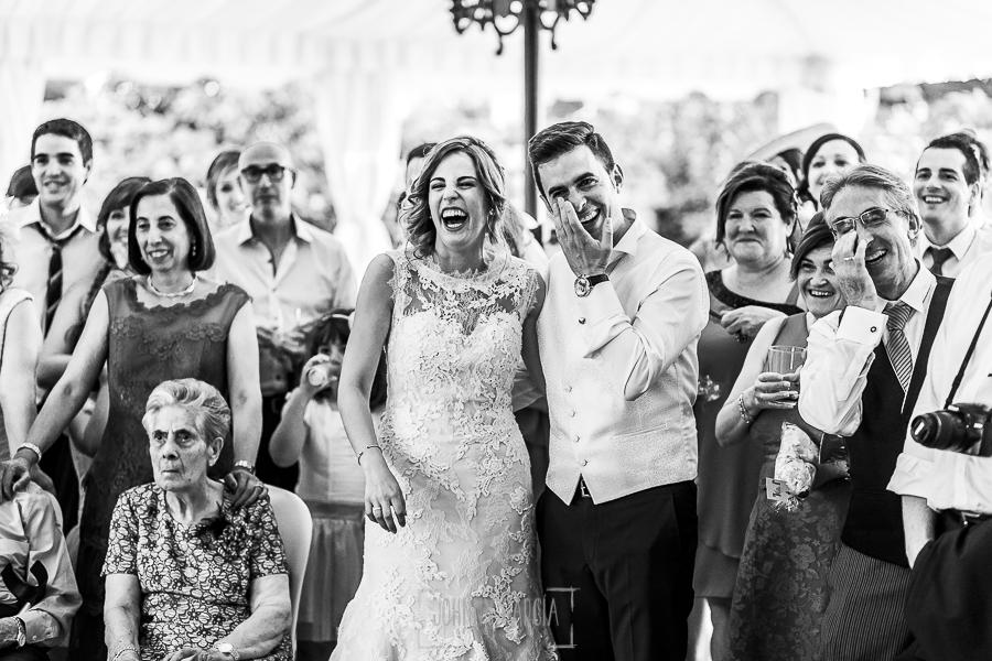 Post boda en Llanes y boda en Medinilla de Laura y Jonatan realizada por Johnny Garcia, fotografo de bodas en Asturias, Laura y Jonatan ríen ante un video
