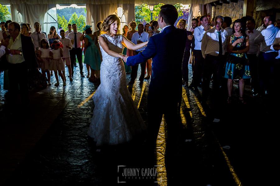 Post boda en Llanes y boda en Medinilla de Laura y Jonatan realizada por Johnny Garcia, fotografo de bodas en Asturias, la pareja hace el baile nupcial