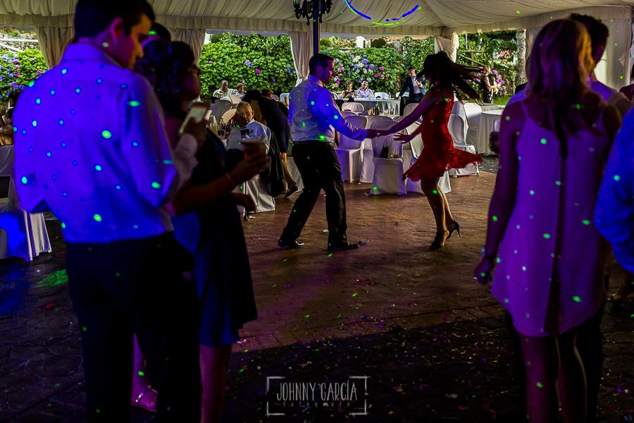 Post boda en Llanes y boda en Medinilla de Laura y Jonatan realizada por Johnny Garcia, fotografo de bodas en Asturias, invitados en la fiesta