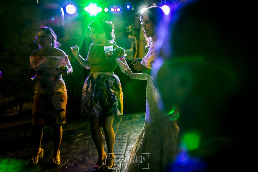 Post boda en Llanes y boda en Medinilla de Laura y Jonatan realizada por Johnny Garcia, fotografo de bodas en Asturias, Laura baila con las amigas