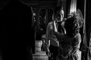 Post boda en Llanes y boda en Medinilla de Laura y Jonatan realizada por Johnny Garcia, fotografo de bodas en Asturias, Jonatan mira a su madre
