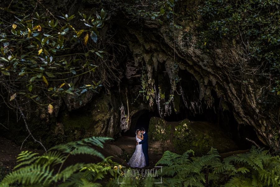 Post boda en Llanes y boda en Medinilla de Laura y Jonatan realizada por Johnny Garcia, fotografo de bodas en Asturias, la pareja en una cueva cerca de Llanes en Asturias