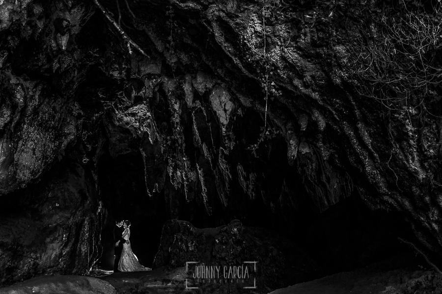 Post boda en Llanes y boda en Medinilla de Laura y Jonatan realizada por Johnny Garcia, fotografo de bodas en Asturias, retrato de Laura y Jonatan en una cueva de Llanes