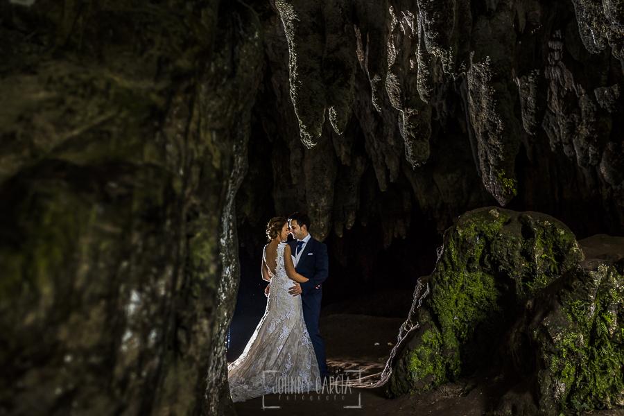 Post boda en Llanes y boda en Medinilla de Laura y Jonatan realizada por Johnny Garcia, fotografo de bodas en Asturias, la pareja en una cueva en la sesión de post boda en Llanes, Asturias