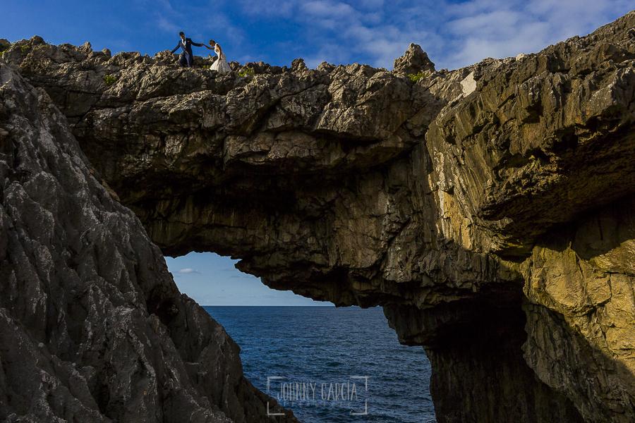 Post boda en Llanes y boda en Medinilla de Laura y Jonatan realizada por Johnny Garcia, fotografo de bodas en Asturias, Laura y Jonatan por un acantilado al lado del mar