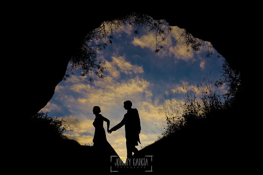 Post boda en Llanes y boda en Medinilla de Laura y Jonatan realizada por Johnny Garcia, fotografo de bodas en Asturias, contraluz de la pareja desde una cueva