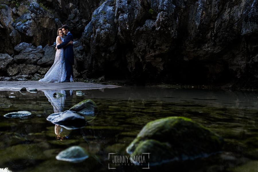 Post boda en Llanes y boda en Medinilla de Laura y Jonatan realizada por Johnny Garcia, fotografo de bodas en Asturias, retrato de la pareja al lado del mar