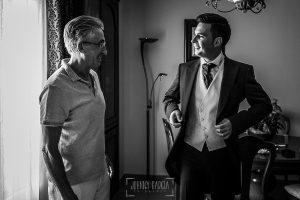 Post boda en Llanes y boda en Medinilla de Laura y Jonatan realizada por Johnny Garcia, fotografo de bodas en Asturias, Jonatan con su padre