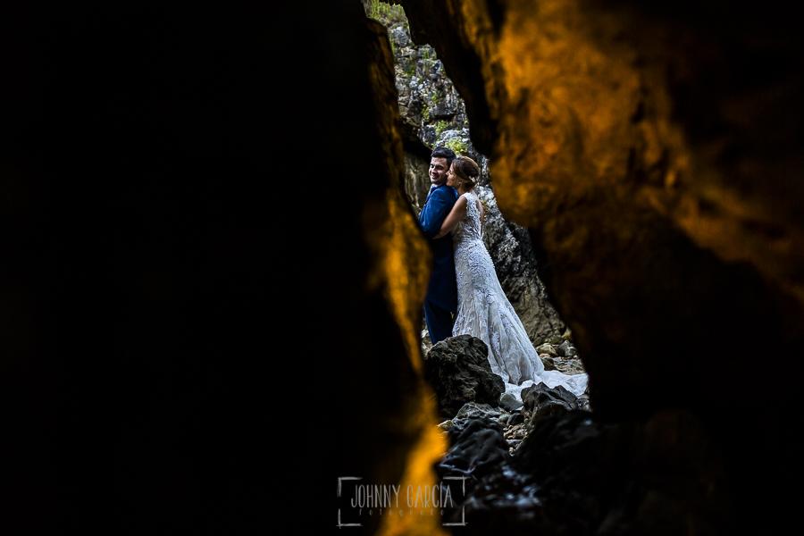 Post boda en Llanes y boda en Medinilla de Laura y Jonatan realizada por Johnny Garcia, fotografo de bodas en Asturias, Laura abraza a Jonatan