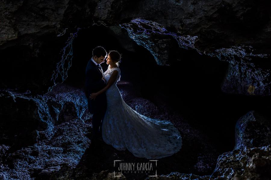 Post boda en Llanes y boda en Medinilla de Laura y Jonatan realizada por Johnny Garcia, fotografo de bodas en Asturias, anocheciendo en una cueva de Llanes
