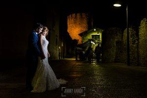 Post boda en Llanes y boda en Medinilla de Laura y Jonatan realizada por Johnny Garcia, fotografo de bodas en Asturias, la pareja por el casco antiguo de Llanes