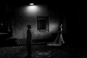 Post boda en Llanes y boda en Medinilla de Laura y Jonatan realizada por Johnny Garcia, fotografo de bodas en Asturias, los novios recorren las calles de Llanes por la noche