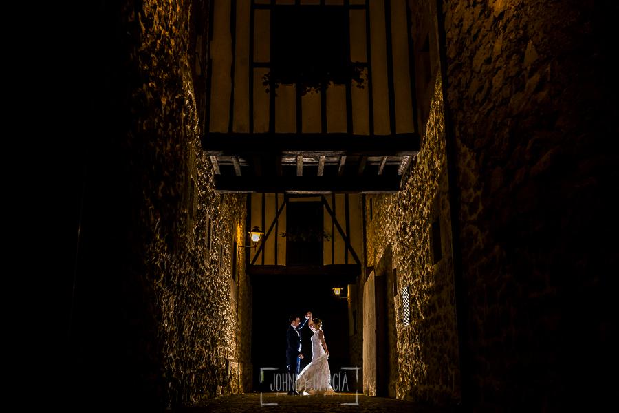 Post boda en Llanes y boda en Medinilla de Laura y Jonatan realizada por Johnny Garcia, fotografo de bodas en Asturias, la pareja baila en una calle de Llanes en Asturias