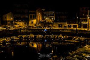 Post boda en Llanes y boda en Medinilla de Laura y Jonatan realizada por Johnny Garcia, fotografo de bodas en Asturias, una vista general del puerto de llanes con la pareja